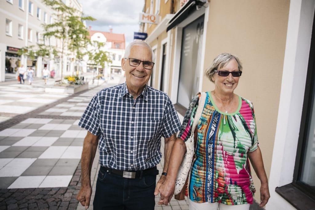 Äldre par håller hand i centrum